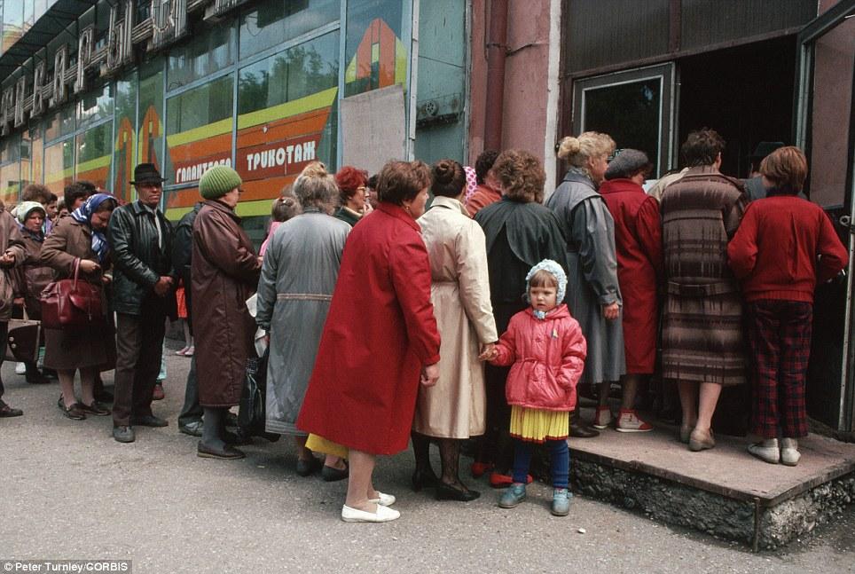 Phân tích nguyên nhân kinh tế Liên Xô chao đảo và sụp đổ