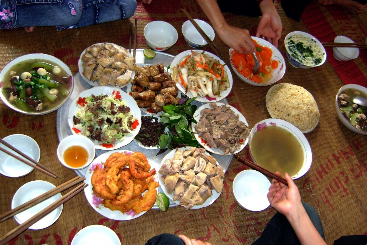 Văn hóa ăn uống của người Việt qua cái nhìn 'trần trụi' của khách Tây