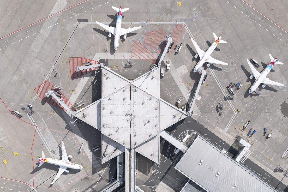 Loạt ảnh chụp sân bay từ trên cao thời dịch bệnh COVID-19