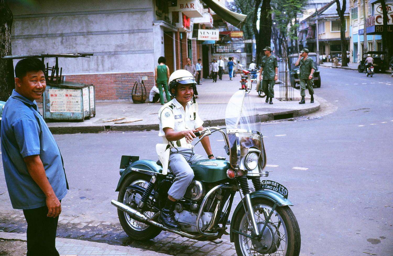 Đời thường ở Sài Gòn năm 1969 qua ảnh của Mike Gilmore