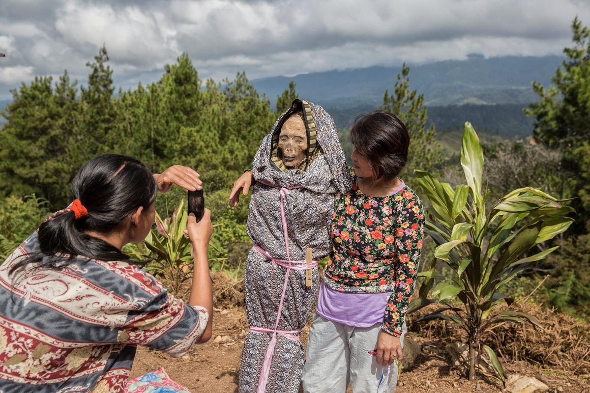 Chùm ảnh: Tập tục sống chung với người chết của dân đảo Indonesia