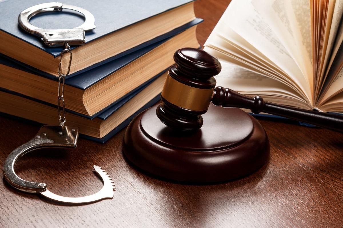 Trông vào đạo đức kẻ có quyền, hay hoàn thiện hàng rào luật pháp?