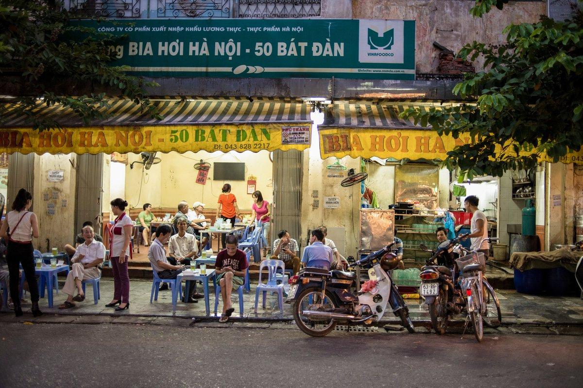 Bàn về thói thói ăn to, nói lớn của người Việt