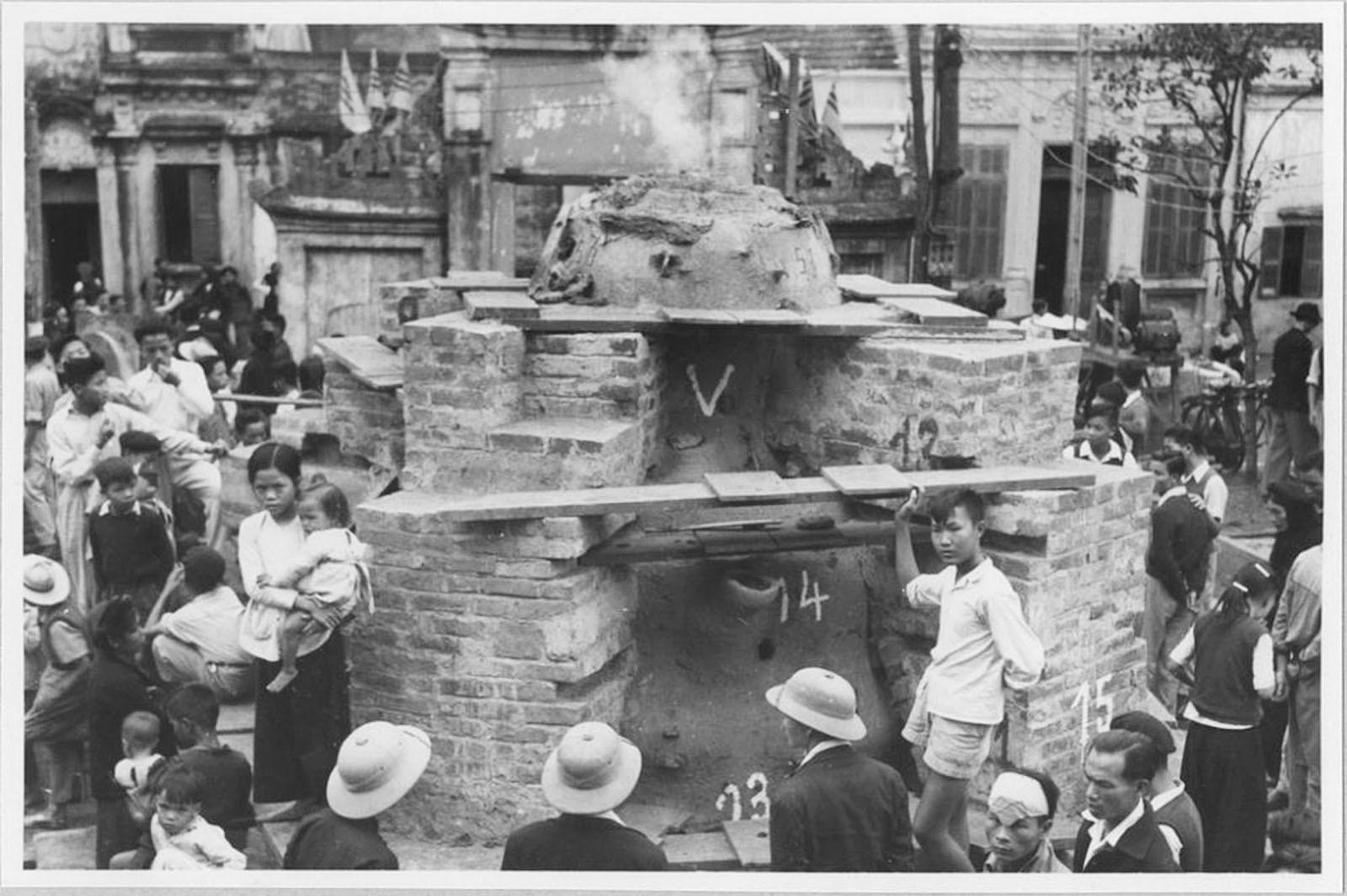 Chùm ảnh: Cảnh đúc tượng Phật khổng lồ ở Hà Nội 70 năm trước