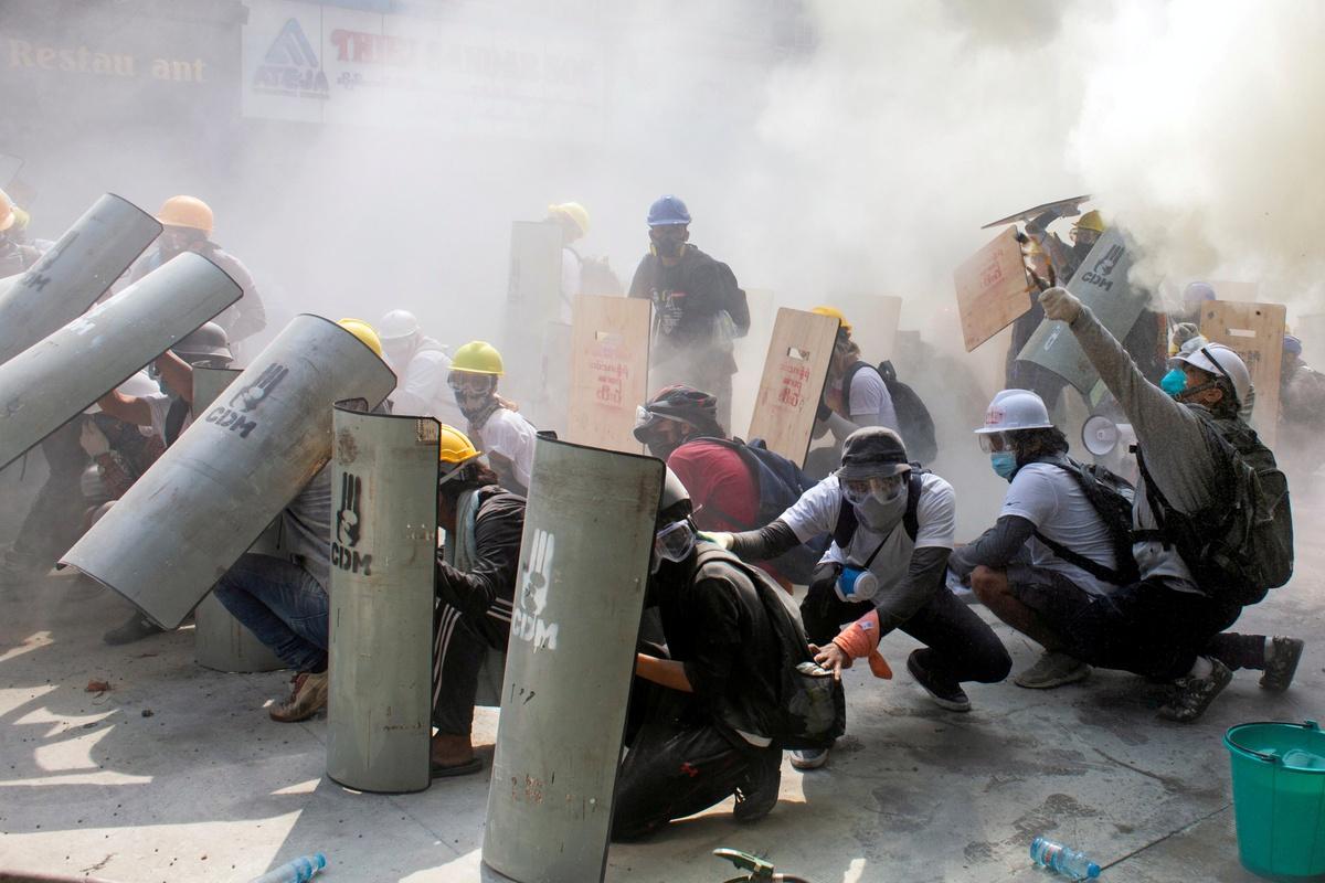 Chùm ảnh: Cuộc chiến chống chính quyền quân sự trên đường phố Yangon