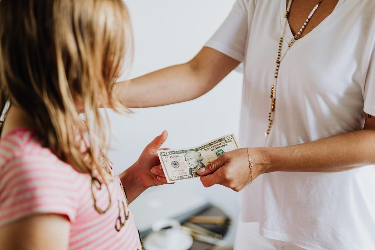 Vì sao không nên thưởng tiền khi trẻ đạt điểm cao?