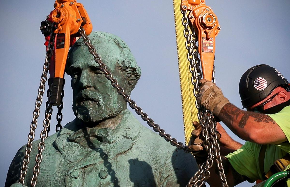 Chùm ảnh: Cảnh tháo dỡ tượng đài tướng ủng hộ chế độ nô lệ ở Mỹ