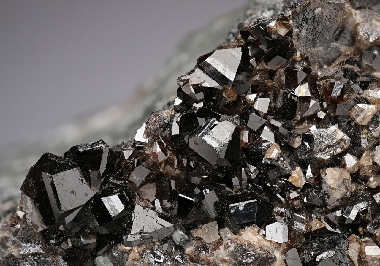Chùm ảnh: Vẻ đẹp bí ẩn đầy mê hoặc của các khoáng vật màu đen