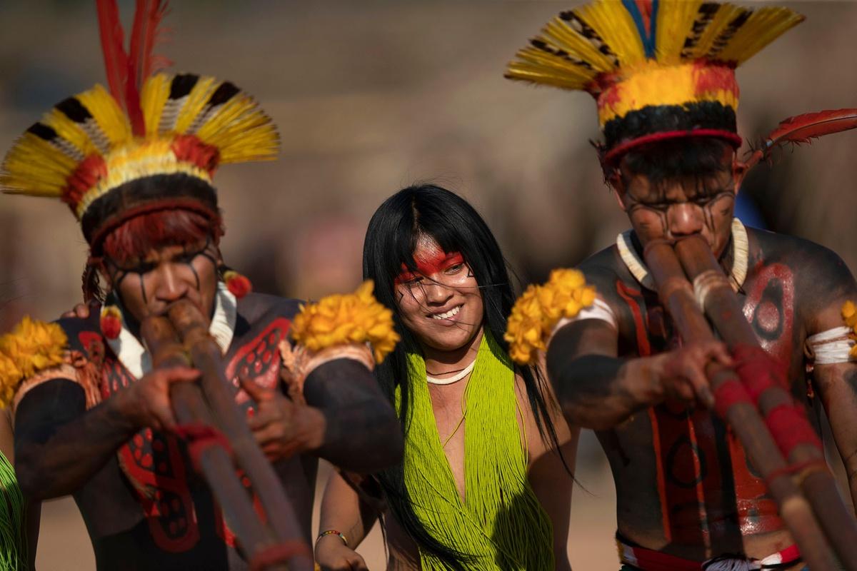 Chùm ảnh: Đám tang tù trưởng của bộ tộc Xingu trong rừng Amazon